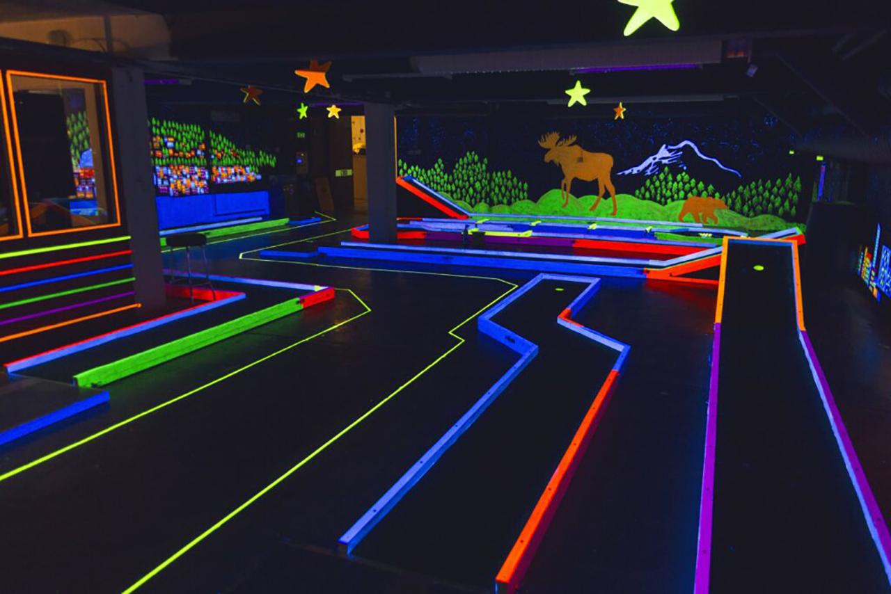 Minigolfbana med UV-ljus